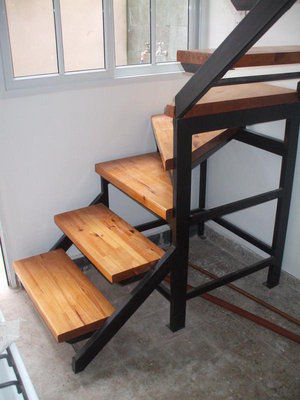 Escalera con madera herreria chavez for Fotos de escaleras de herreria